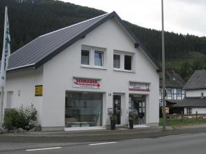 Haus mit zwei Geschäften im EG
