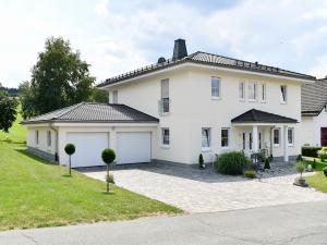 Einfamilienwohnhaus mit Walmdach und Doppelgarage